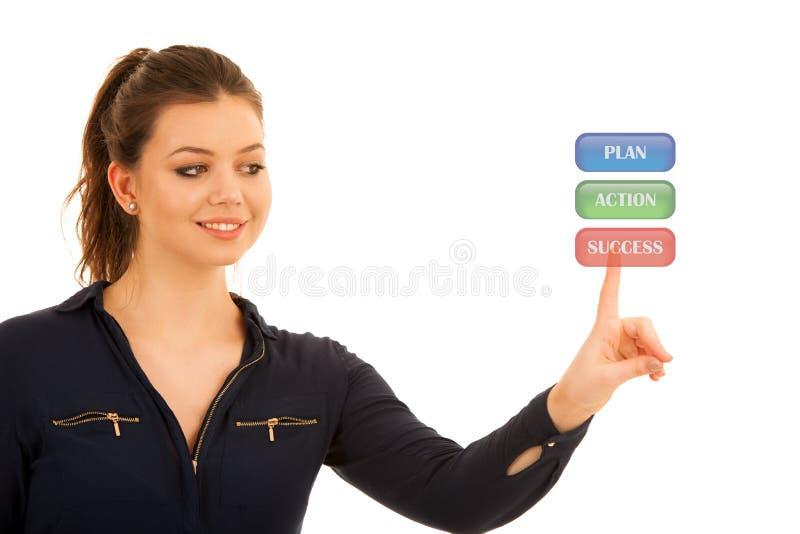Schöne Geschäftsfrau, die einen virtuellen Knopf vorbei lokalisiert bedrängt stockbilder