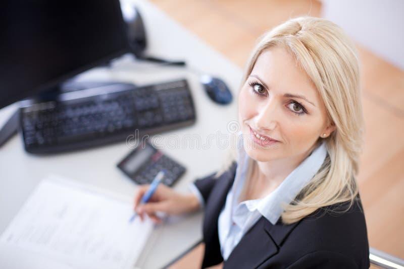 Schöne Geschäftsfrau, die Finanzen tut stockfotos