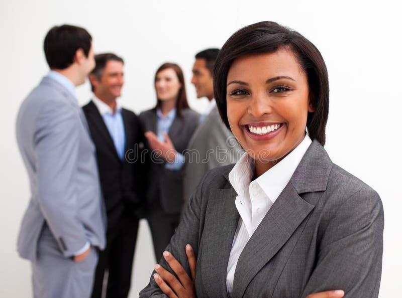 Schöne Geschäftsfrau, die ihr Team führt lizenzfreies stockfoto