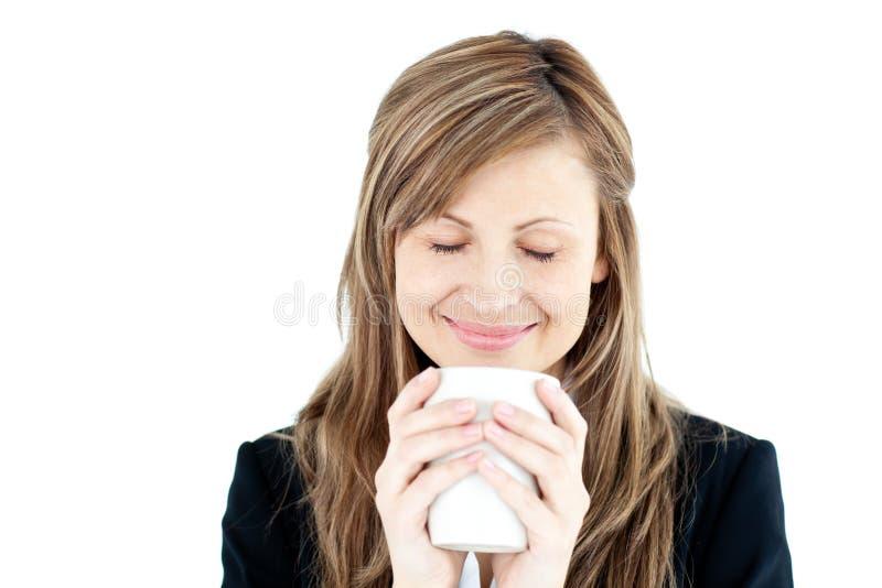Schöne Geschäftsfrau, die ihren Kaffee genießt stockfoto