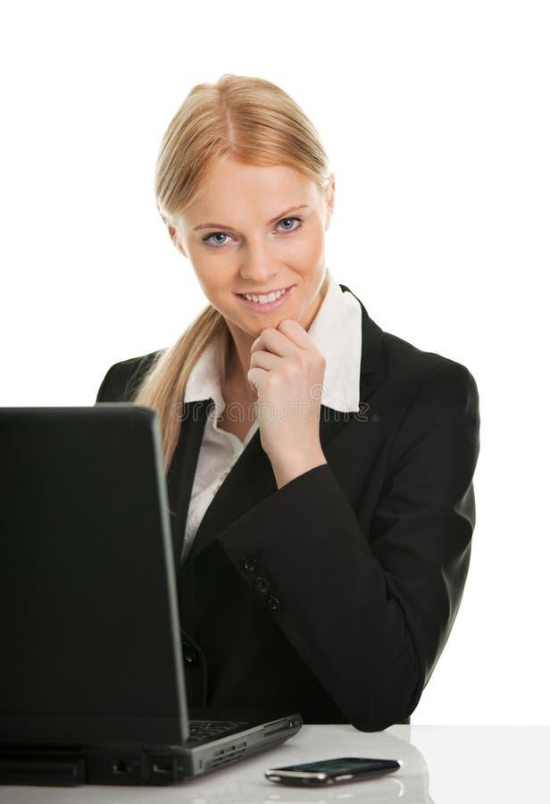 Schöne Geschäftsfrau, die an Laptop arbeitet stockfotografie