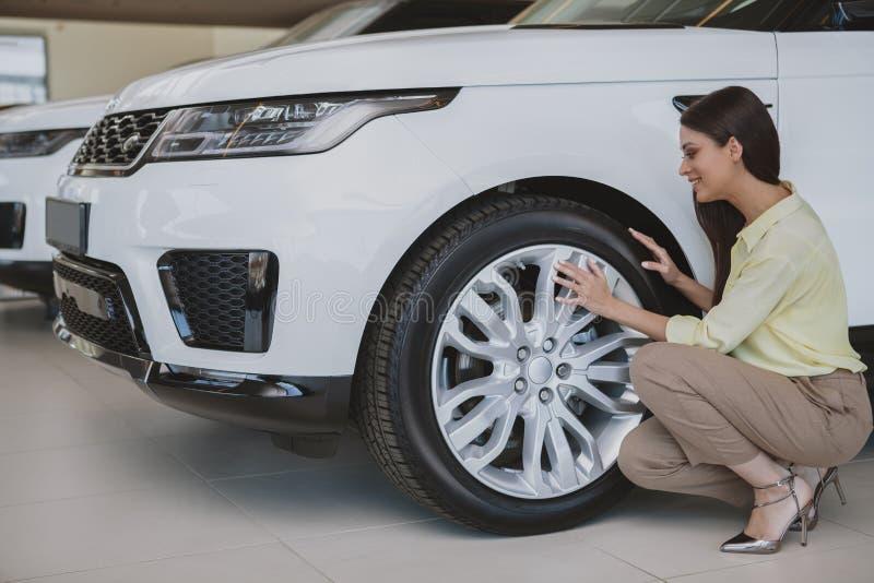 Schöne Geschäftsfrau, die neues Automobil kauft stockbild