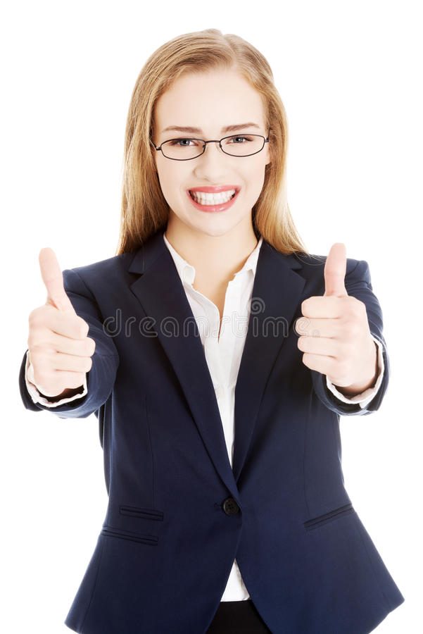 Schöne Geschäftsfrau, die O.K. darstellt. lizenzfreie stockfotografie