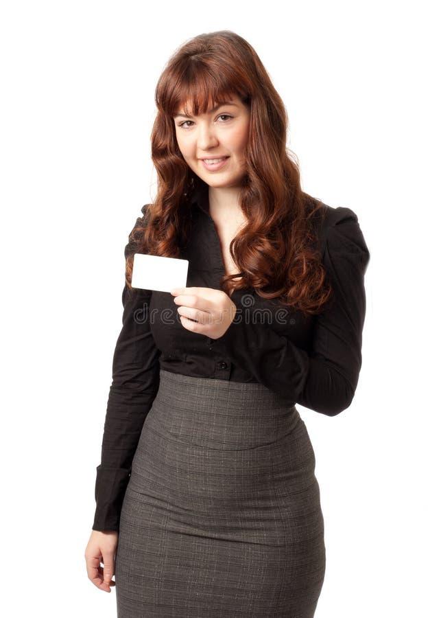 Schöne Geschäftsfrau, die unbelegte Kreditkarte zeigt stockfotografie
