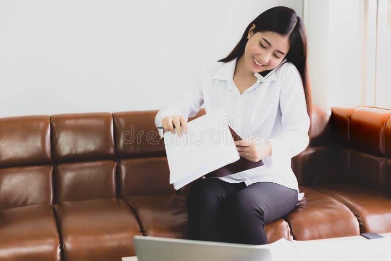 Schöne Geschäftsfrau erhalten beschäftigt Attraktiver schöner junger wo lizenzfreies stockbild