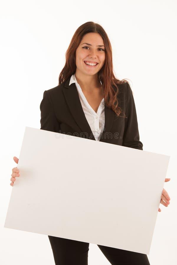 Schöne Geschäftsfrau hält leere Fahne lokalisiert über Weiß stockbild