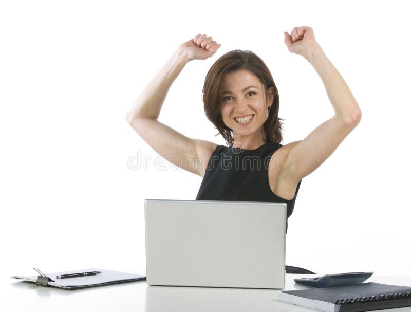 Schöne Geschäftsfrau in ihrem jubelnden Büro stockfotografie