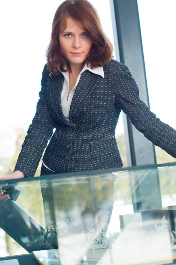 Schöne Geschäftsfrau im Innenraum lizenzfreie stockbilder