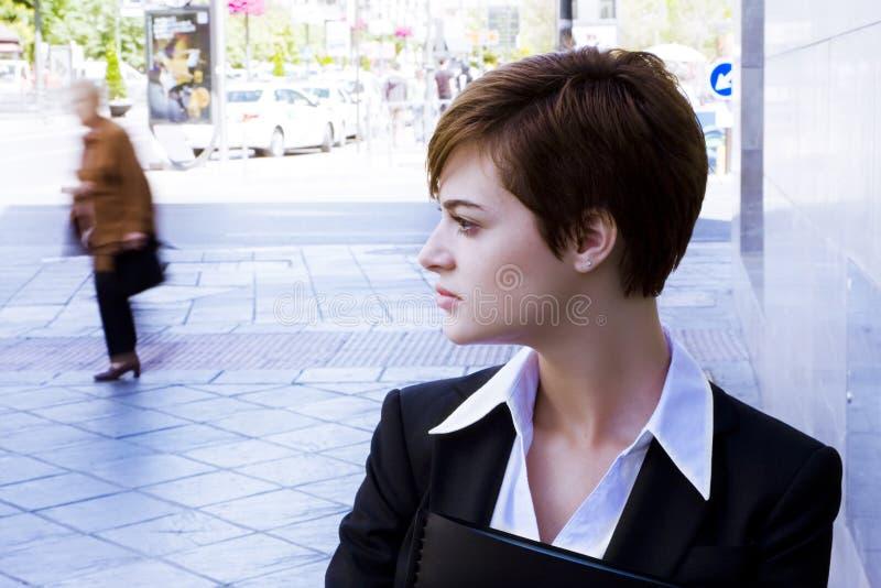 Schöne Geschäftsfrau im städtischen Hintergrund stockfoto