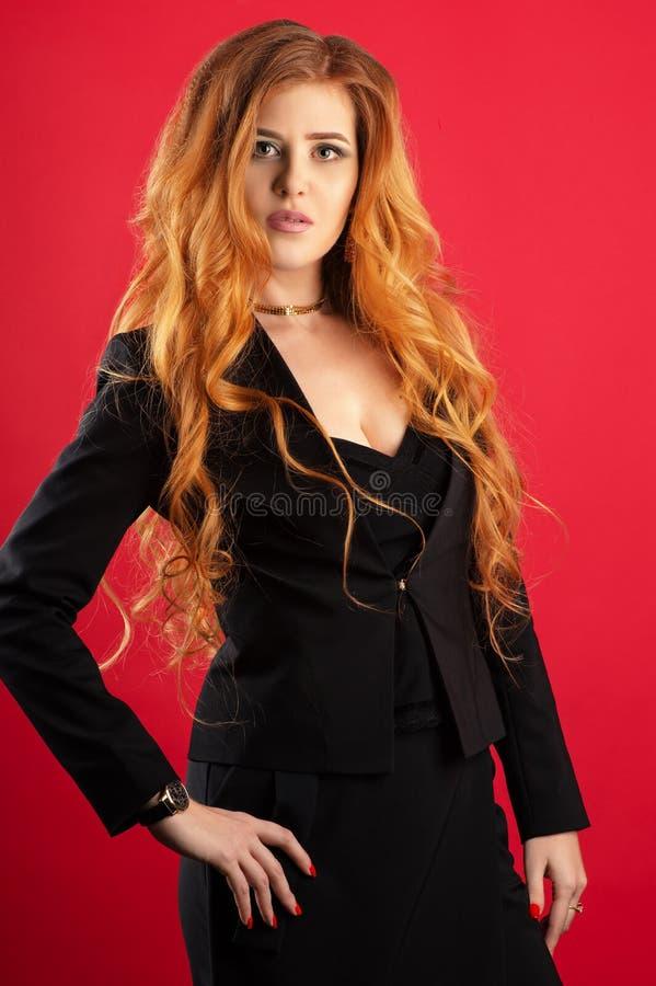 Schöne Geschäftsfrau mit dem ausgezeichneten Haar stockfoto