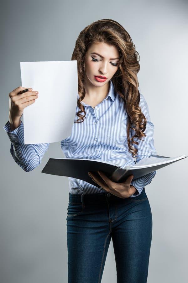 Schöne Geschäftsfrau mit Dokumenten lizenzfreies stockbild