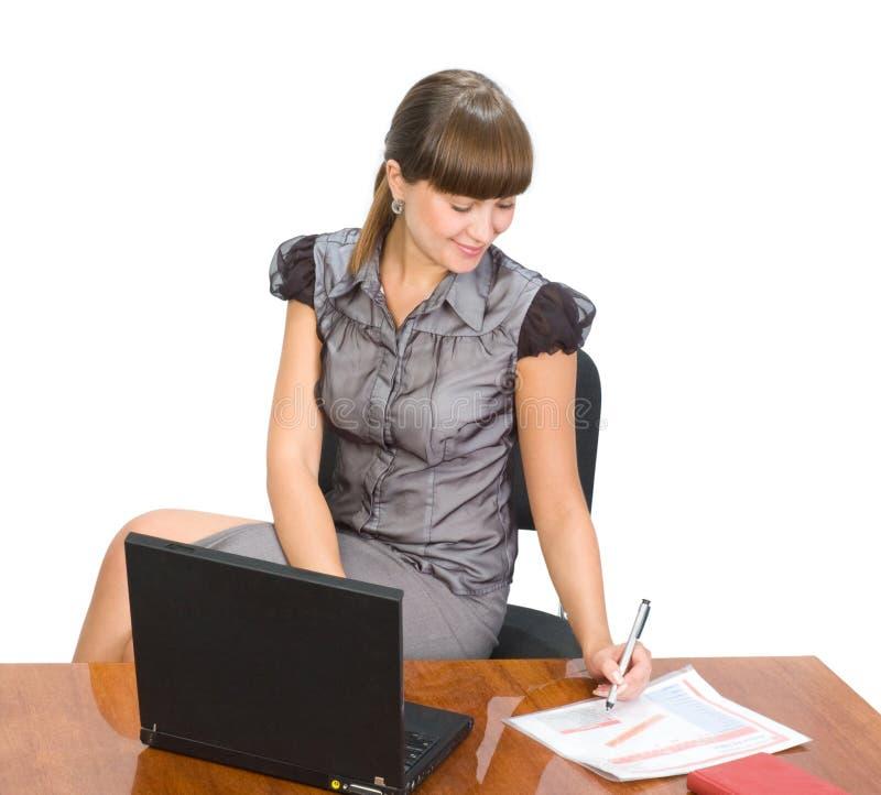 Schöne Geschäftsfrau mit Laptop lizenzfreies stockbild