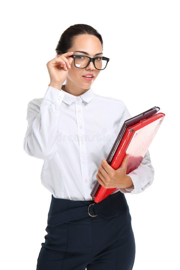Schöne Geschäftsfrau mit Ordnern auf weißem Hintergrund stockbild