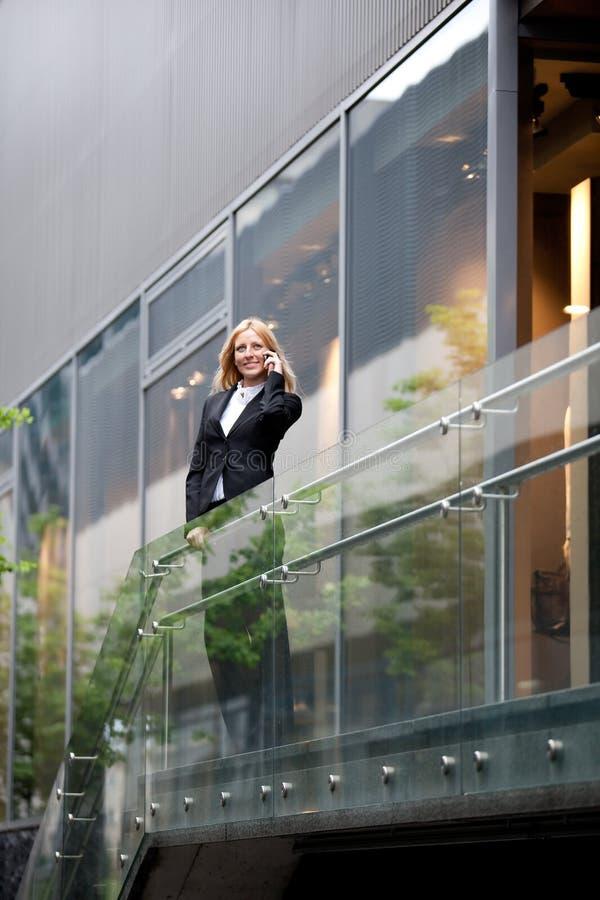 Schöne Geschäftsfrau am Telefon stockfotografie