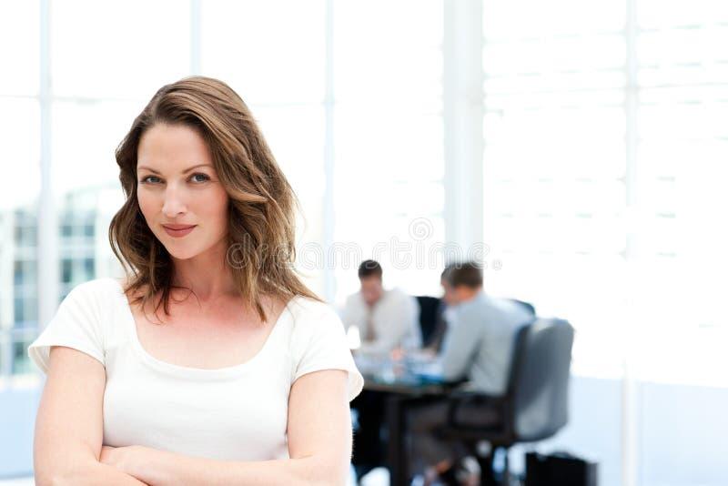 Schöne Geschäftsfrau vor ihrer Teamwork lizenzfreie stockfotos