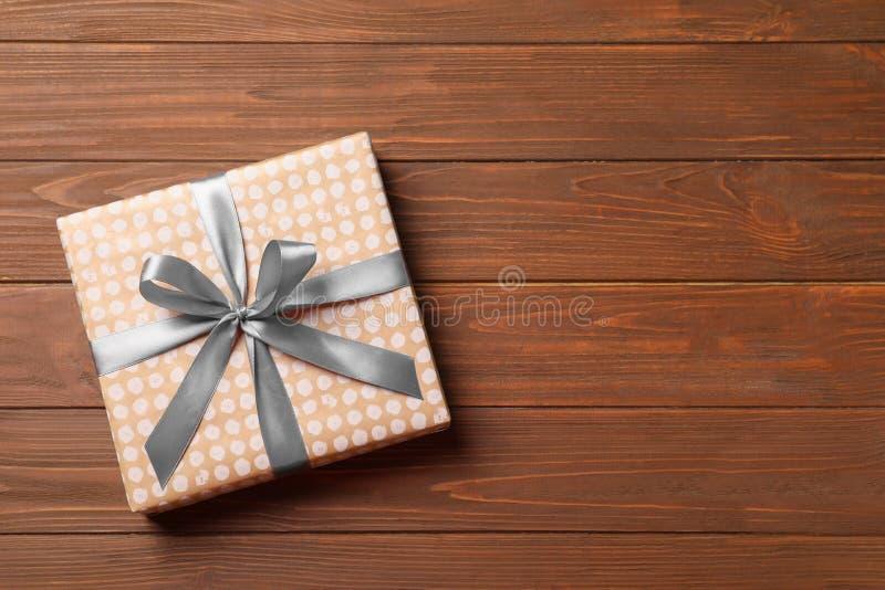 Schöne Geschenkbox auf hölzernem backgroun stockfoto