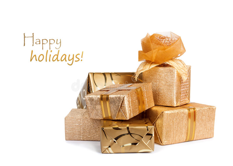 Schöne Geschenkboxen im Goldpapier mit der Seidenrose lokalisiert lizenzfreies stockbild