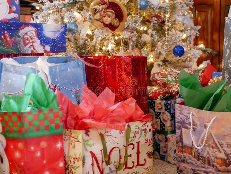 Schöne Geschenke unter dem Baum stockfotografie