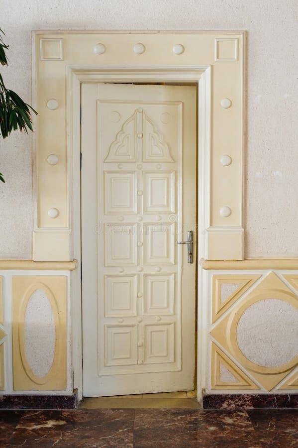Schöne geschnitzte weiße Tür im Hotel lizenzfreies stockfoto
