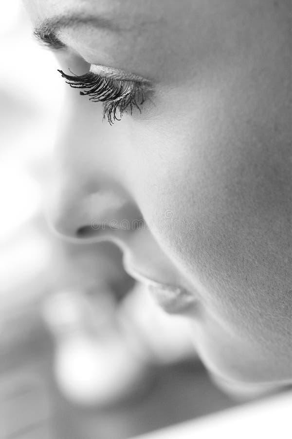 Schöne Gesichtsprofilnahaufnahme der jungen Frau stockfotos