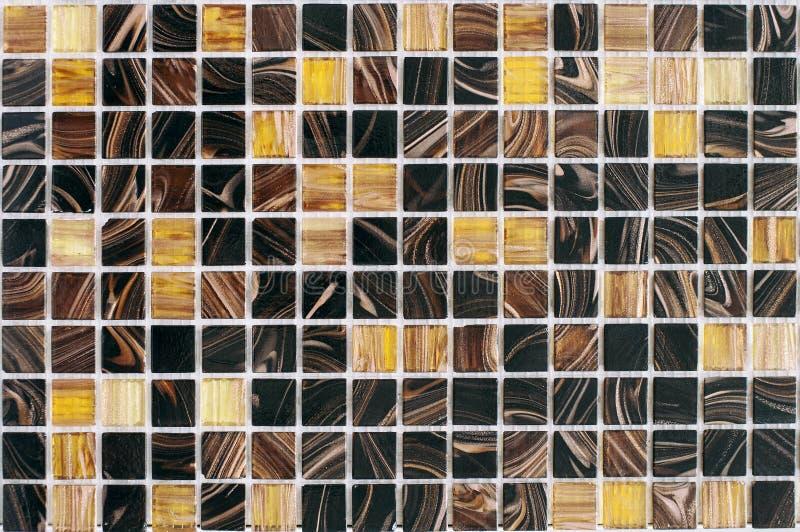 Schöne gestreifte mehrfarbige Fliesen, Mosaik für Badezimmer und Poolerneuerung stockfotos