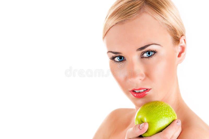 Schöne gesunde Frau mit Apfel lizenzfreie stockfotos