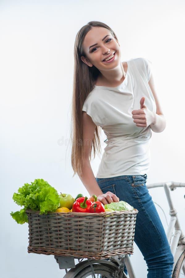Schöne gesunde Frau mit Gemüse und Früchten lizenzfreie stockbilder