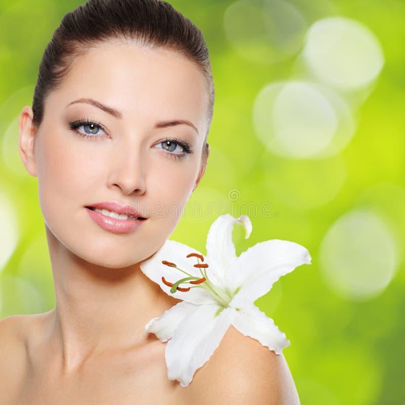 Schöne gesunde Frau mit sauberer Haut lizenzfreies stockbild