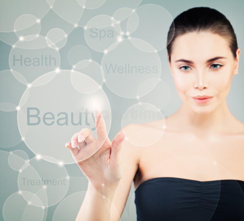 Schöne gesunde Frau mit virtueller Anzeige stockfotografie