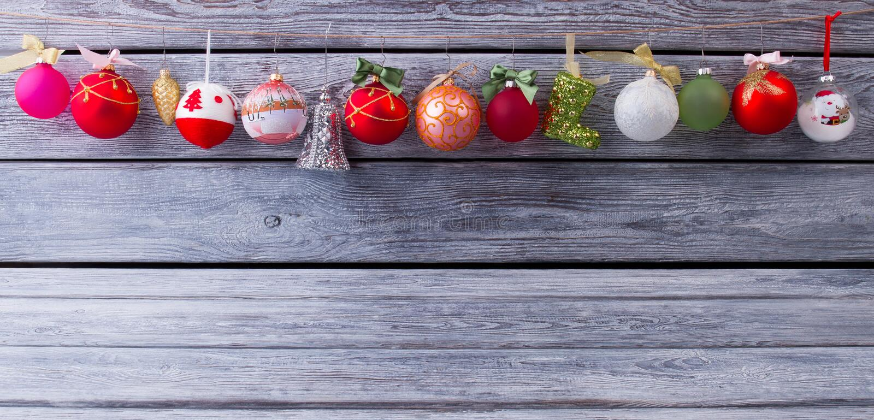 Schöne Girlande von Weihnachtsbällen lizenzfreie stockfotos