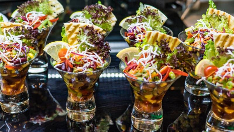 Schöne Gläser mit köstlichem Gemüsesalat, Malediven stockfoto