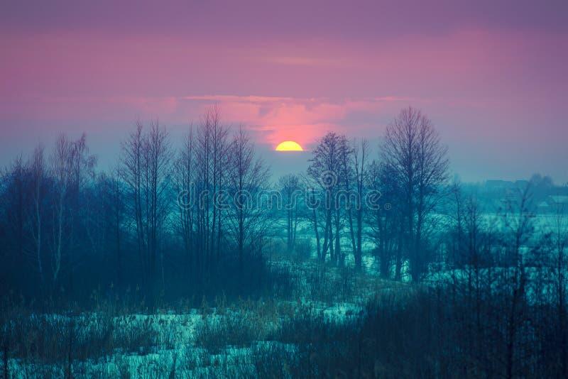 Schöne Glättungswinterlandschaft während des Sonnenuntergangs stockbilder