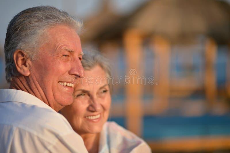 Schöne glückliche ältere Paare auf Strand stockbilder