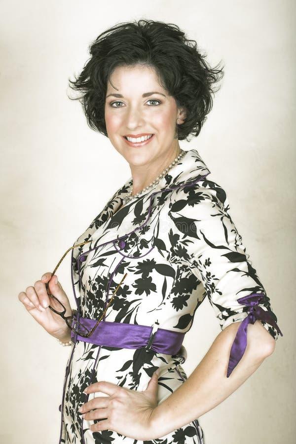 Schöne glückliche erwachsene Frau mit dem schwarzen lockigen Haar vektor abbildung