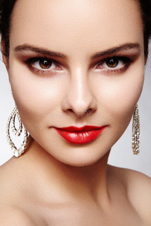 Schöne glückliche Frau in den Luxusmodeohrringen Glänzender Schmuck des Diamanten mit brilliants Sexy Retrostilporträt stockbild