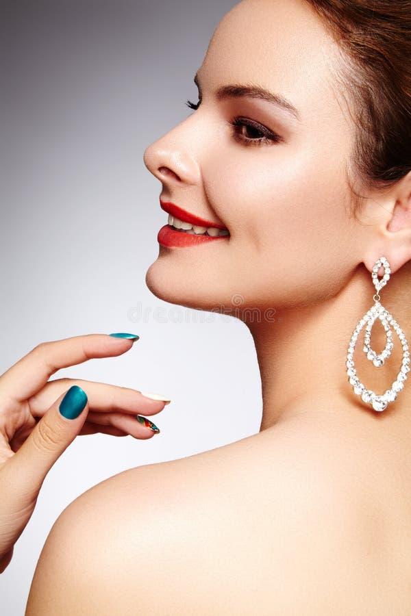 Schöne glückliche Frau in den Luxusmodeohrringen Glänzender Schmuck des Diamanten mit brilliants Sexy Retrostilporträt lizenzfreies stockfoto