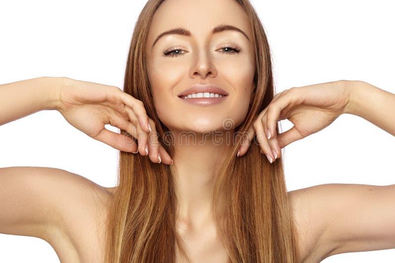 Schöne glückliche Frau des Porträts Sie demonstriert ihr Schönheits-Gesicht und lächelt Natürliches Make-up der Mode Lächelndes B lizenzfreie stockbilder