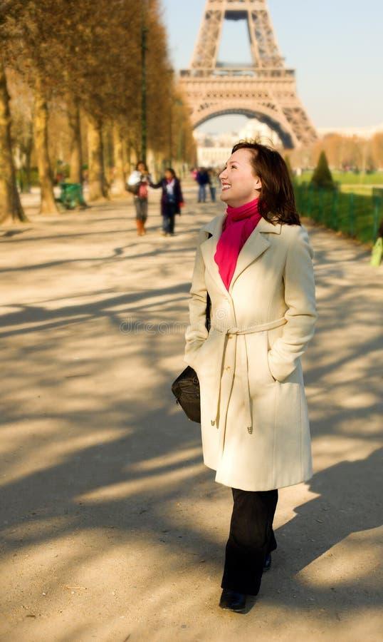 Schöne glückliche Frau, die auf das Champ de Mars geht stockbild