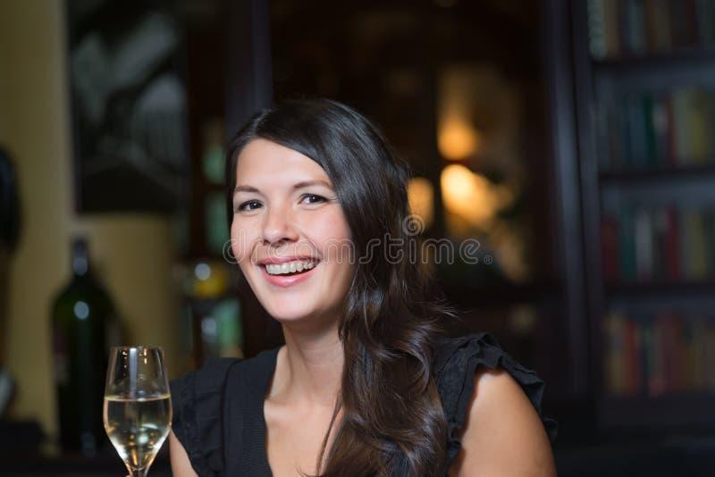 Schöne glückliche Frau, die mit Champagner feiert lizenzfreies stockfoto