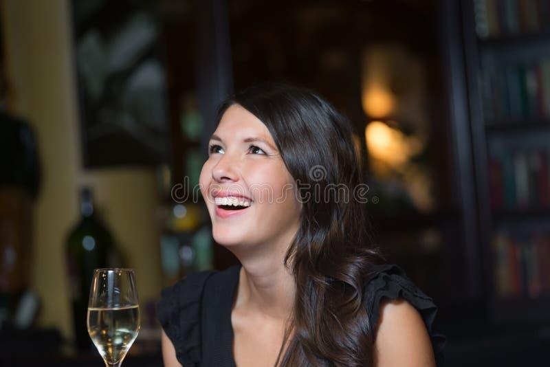 Schöne glückliche Frau, die mit Champagner feiert stockfoto