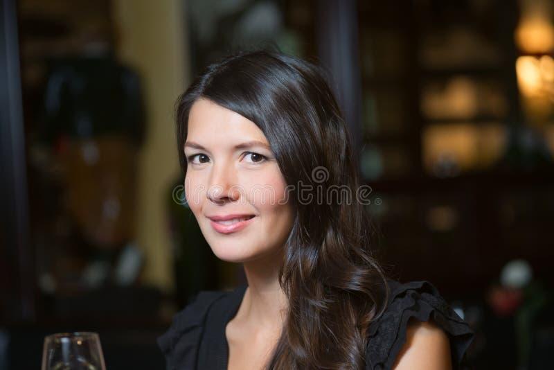 Schöne glückliche Frau, die mit Champagner feiert lizenzfreie stockbilder