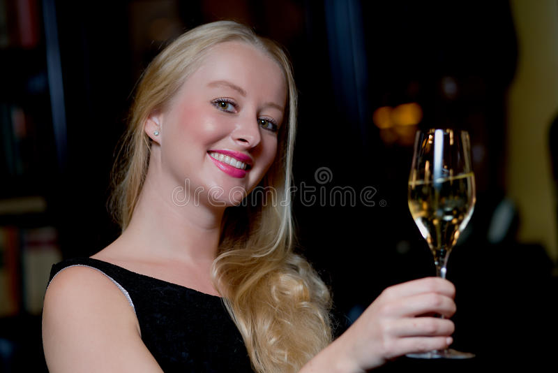 Schöne glückliche Frau, die mit Champagner feiert stockfotos