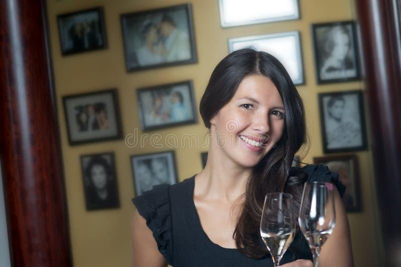 Schöne glückliche Frau, die mit Champagner feiert stockbilder