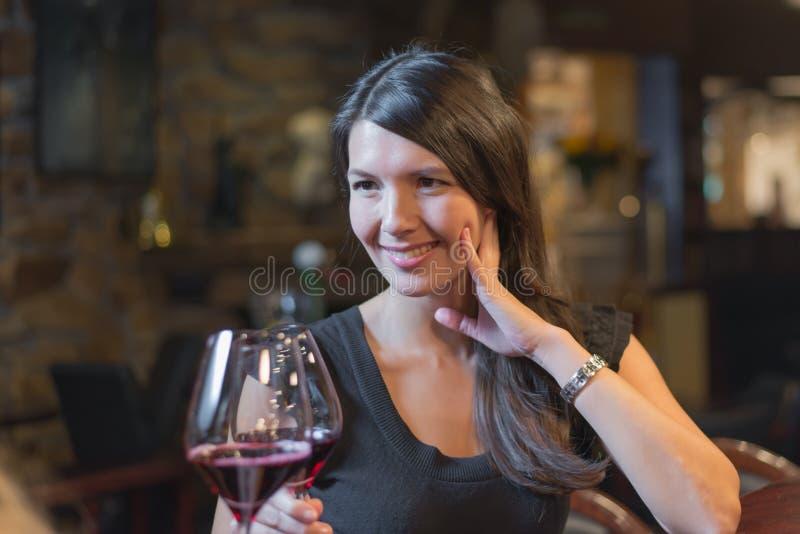 Schöne glückliche Frau, die mit Rotwein feiert lizenzfreies stockfoto