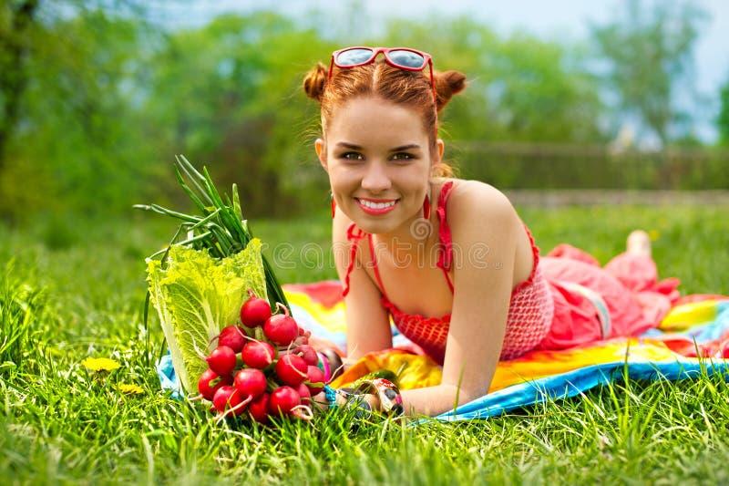 Schöne glückliche Frau mit buntem Gemüse stockfotografie