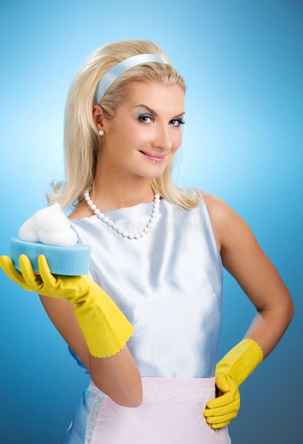Schöne glückliche Hausfrau lizenzfreie stockfotos