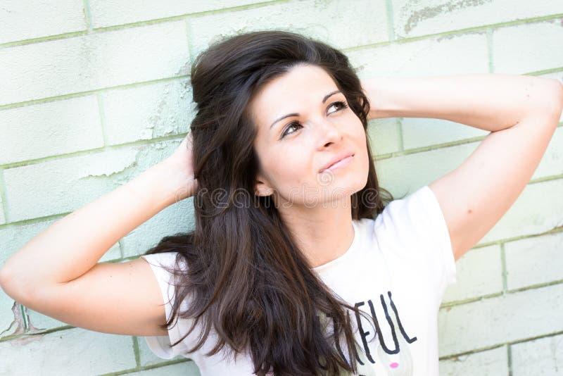 Schöne glückliche junge Frau draußen stockfotografie