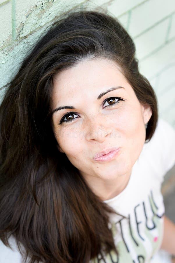 Schöne glückliche junge Frau draußen stockfoto