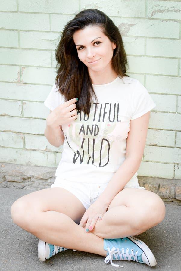 Schöne glückliche junge Frau draußen lizenzfreies stockbild