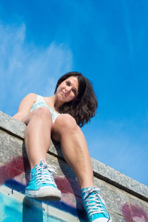 Schöne glückliche junge Frau draußen stockfotos